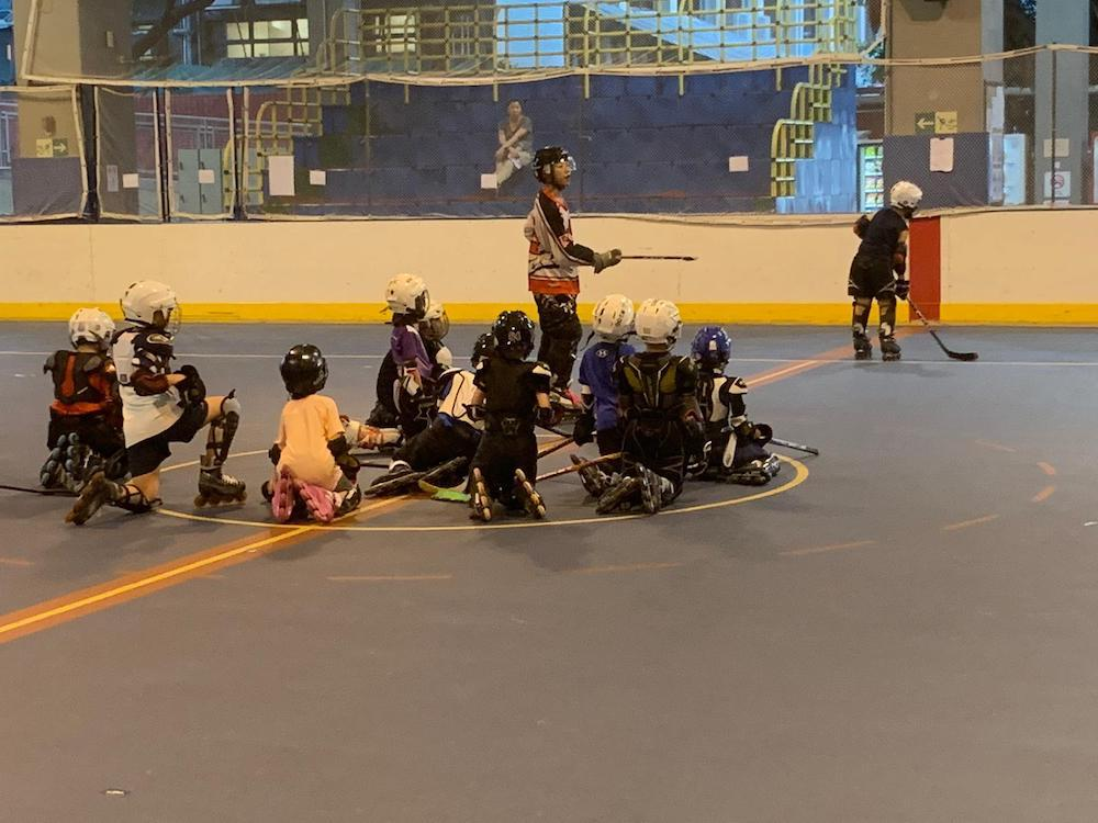 {               en: 'Hockey Life Inline Skating and Inline Hockey',               cn: 'Hockey Life 兒童滾軸溜冰或冰上曲棍球班 '             } 1