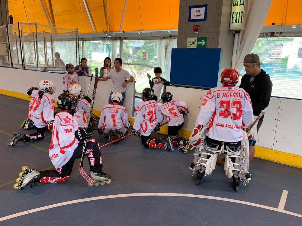 {               en: 'Hockey Life Inline Skating and Inline Hockey',               cn: 'Hockey Life 兒童滾軸溜冰或冰上曲棍球班 '             } 2