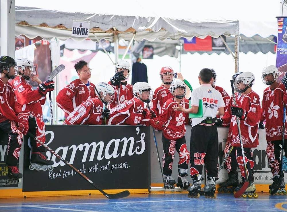 {               en: 'Hockey Life Inline Skating and Inline Hockey',               cn: 'Hockey Life 兒童滾軸溜冰或冰上曲棍球班 '             } 4